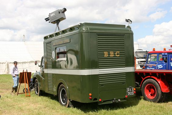 UM BBC años 50 http://www.alamy.com/stock-photo-vintage-bbc-british-broadcasting- company-outside-broadcast-van-on-122768714.html
