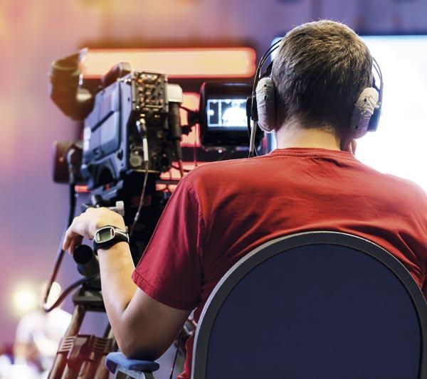 Cámara de televisión emitiendo un programa en un estudio