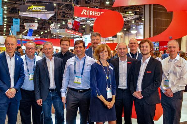 El equipo de Riedel y varios de las empresas que han trabajado en la nueva API de la compañía en el NAB Show 2019