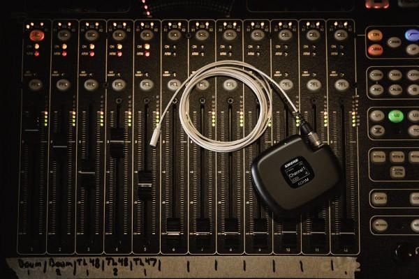 Micrófonos de la familia Twinplex de Shure sobre una mesa de sonido