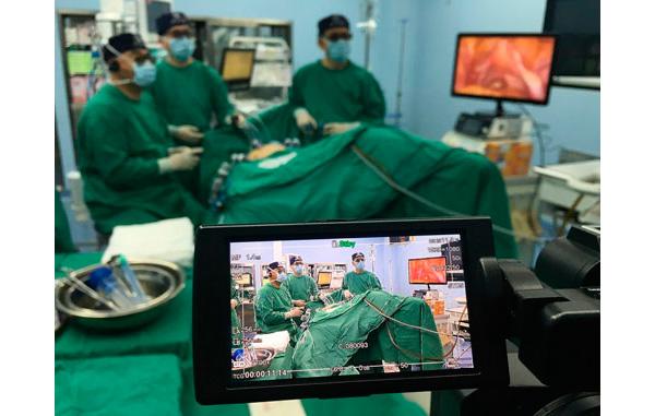 Equipo médico realizando una cirugía que es retransmitida por redes 5G