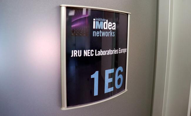 Entrada al laboratorio en el que trabajan NEC e IMDEA