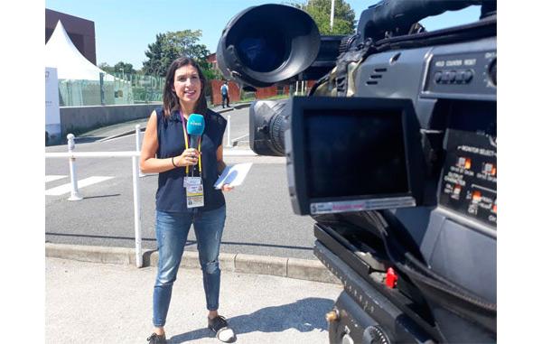 Reportera y cámara realizando una cobertura de la cumbre del G7 en Francia 2019