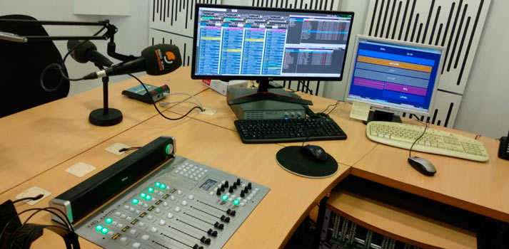 Consola de mezclas de AEQ Capitol con tecnología IP instalada en Radio San Vicente