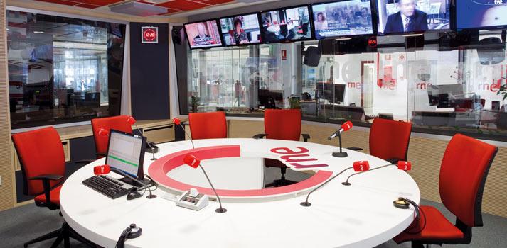 Disposición de micrófonos en un estudio de Radio Nacional de España