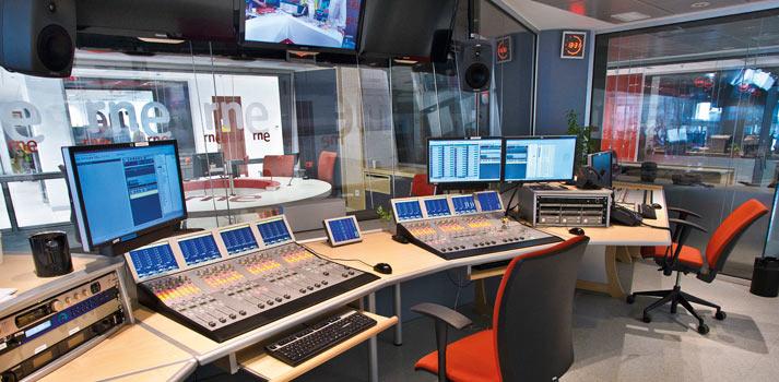 Sala de control con mesas de sonido de Radio Nacional de España