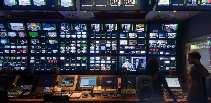Panel con señales televisivas en la sala de control de Globo TV