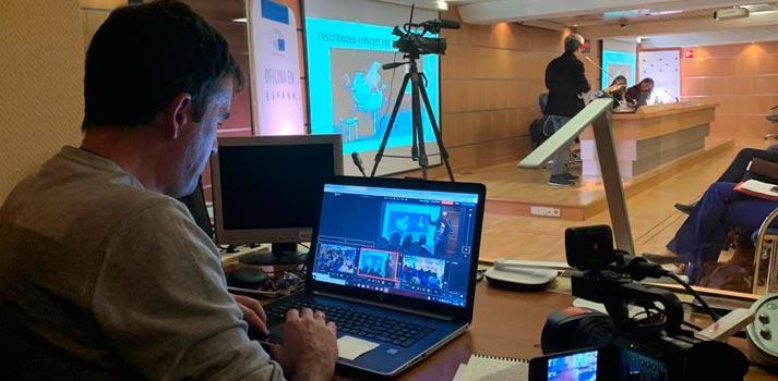 Técnico retransmitiendo un evento del parlamento europeo con tecnología 5G