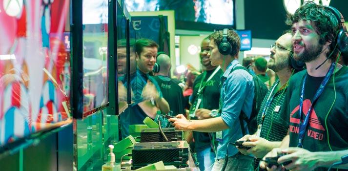 Asistentes a una feria de ocio electrónico jugando a eSports