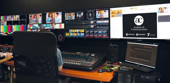 Operario en una sala de control de una televisión de Azahara de Comunicaciones