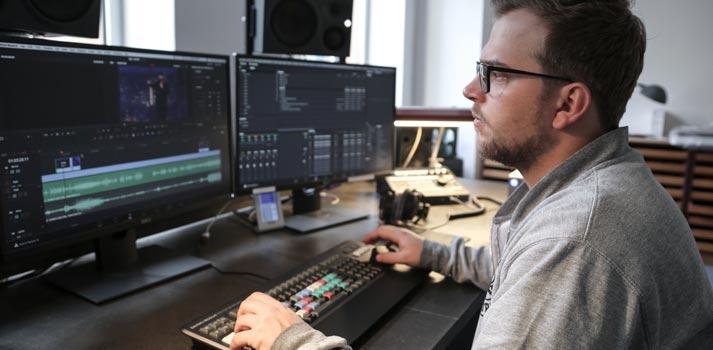 Marius Fischer editando el programa Quatsch Comedy Club con DaVinci Resolve Studio