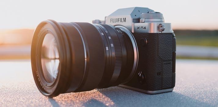 Vista en perspectiva de la nueva cámara Fujifilm XT4