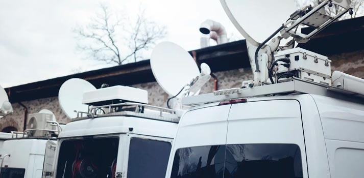 Varias unidades móviles tipo furgón. IB3, recientemente, ha adjudicado la creación de una a TSA, Telefónica Servicios Audiovisuales