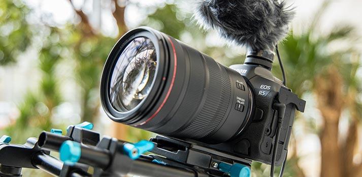 La próxima cámara mirrorless de Canon, la EOS R5, funcionando en exteriores