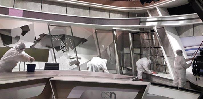 Trabajadores desinfectando el Plato de Informativos de Canal Sur