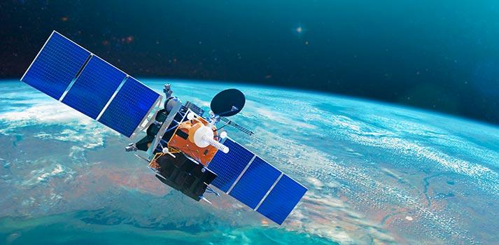 Render de un satélite sobrevolando el Planeta Tierra