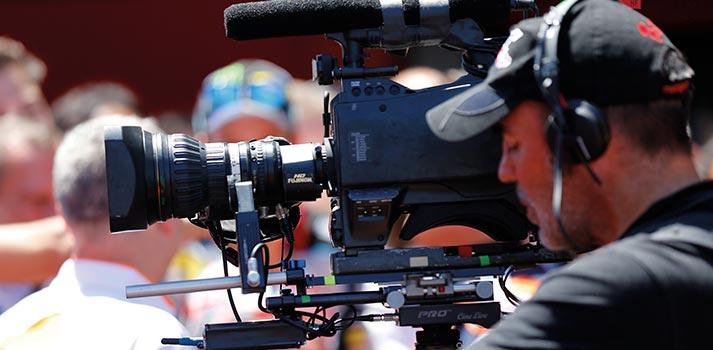 Operario usando una cámara en una producción de Doran Sports