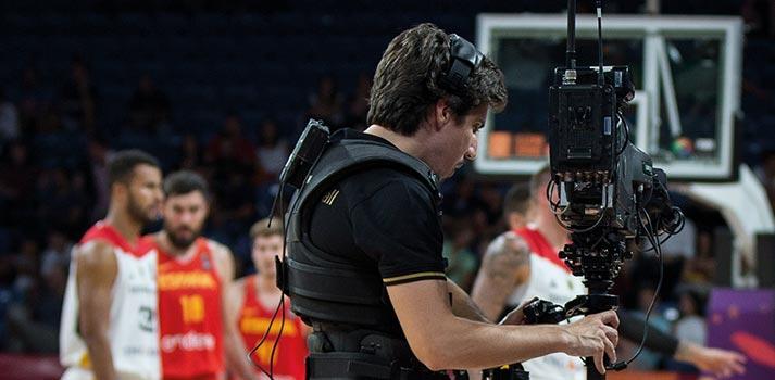 Operario de cámara con Steady-Cam en un partido de baloncesto internacional