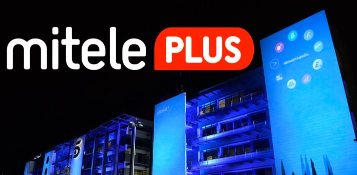 Logotipo de Mitele PLUS frente a la sede de Fuencarral de Mediaset España
